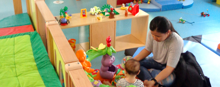 Mother playing with her infant child at the Paris Toy Library during a Playful Paradigm Study Visit